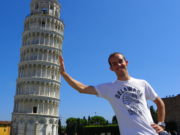 Sujetando la torre de Pisa en Italia