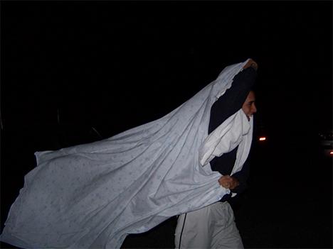 Miguel intentando reliarse en las cortinas