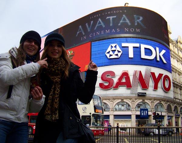 Durante nuestro viaje a Londres en Trafalgar Square, con los famosos luminosos