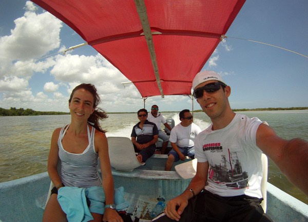 En lancha por Rio Lagartos, México, con nuestros taxistas