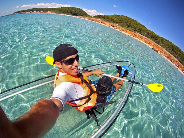 En kayak transparente por las cristalinas aguas de Menorca