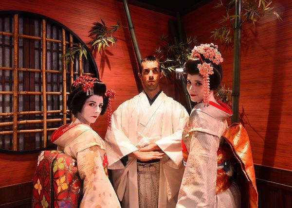 Disfrazados de samurais y geishas