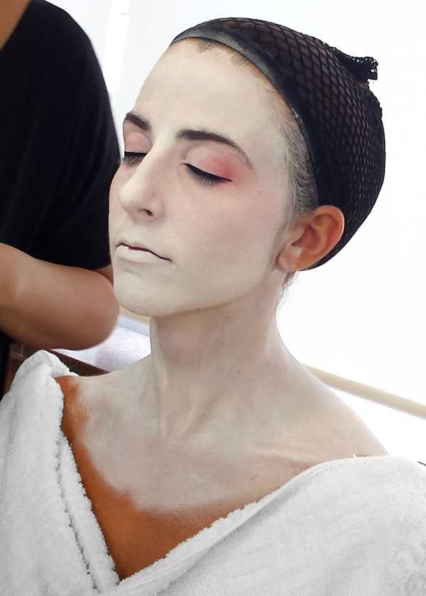Maquillando a Diana antes de que se disfrace como Maiko en Kyoto