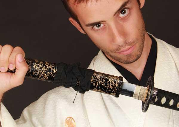 Disfraz de samurai en Japón con una espada de samurai flipante